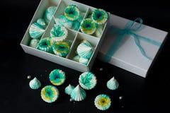 Verde da merengue com flores em uma caixa branca Imagem de Stock