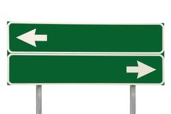 Verde da seta do sinal de estrada dois das estradas transversaas isolado Fotos de Stock Royalty Free