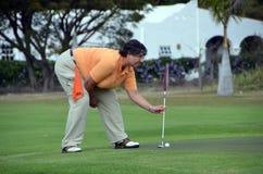 Verde de colocação do golfe da mulher Imagens de Stock