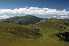 Verde de la montaña el verano Fotos de archivo libres de regalías