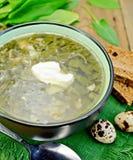 Verde de la sopa del alazán y de la espinaca con los huevos Foto de archivo libre de regalías