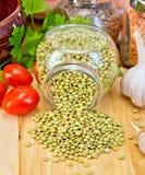 Verde de las lentejas en tarro con el tomate a bordo Imagen de archivo
