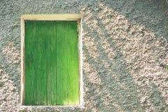 Verde de madera una puerta del ático Foto de archivo
