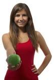 Verde de ofrecimiento del retrato hermoso del adolescente una manzana Fotos de archivo libres de regalías