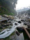 Verde del agua de río con el contenido de azufre volcánico que fluye en Java Oriental Fotografía de archivo libre de regalías