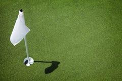 Verde del campo de golf - agujero e indicador Imágenes de archivo libres de regalías