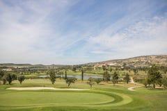 Verde del campo de golf con el club en el fondo en un día de verano imágenes de archivo libres de regalías