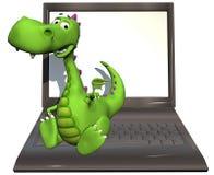 Verde del dragón del bebé en la computadora portátil
