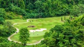 Verde del golf en la montaña del parque en luz del día Imagen de archivo libre de regalías