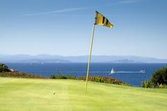Verde del golf por el mar Foto de archivo