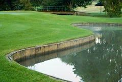 Verde del golf y peligro del agua Imagen de archivo