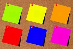 Verde del post-it, azul, amarillo, rojo, anaranjado y rosado con blackboar Foto de archivo libre de regalías