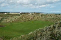 Verde di golf di collegamenti pieghettato fra le dune di sabbia Fotografia Stock Libera da Diritti