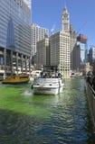 Verde di tintura di Chicago River il giorno di Patrics del san fotografia stock