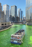 Verde di tintura di Chicago River il giorno di Patrics del san immagine stock libera da diritti