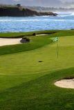 Verde do campo de golfe pelo oceano Fotografia de Stock Royalty Free
