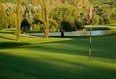 Verde do golfe, bandeira e perigo da água Imagens de Stock