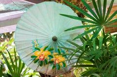 Verde do guarda-chuva do papel japonês imagens de stock