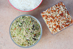 Verde e arroz integral na tabela Imagens de Stock Royalty Free
