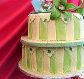 Verde e bolo de casamento listrado do creme Imagens de Stock