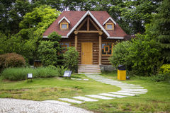 Verde e casa Immagine Stock Libera da Diritti