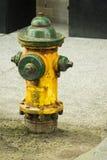 Verde e giallo dell'idrante antincendio Fotografie Stock