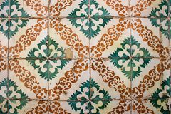 Verde e laranja modelou verde e a laranja modelou telhas do ` do azulejo do ` em uma construção portuguesa Foto de Stock