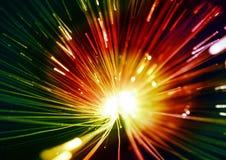 Verde e rosso, luci gialle e raggi sui precedenti neri, sul fondo strutturato di illuminazione, sulla struttura astratta e sul mo Fotografia Stock