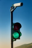 Verde en el semáforo con la cámara de seguridad Imágenes de archivo libres de regalías