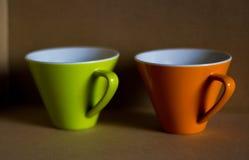 Verde en la taza anaranjada Fotos de archivo