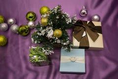 Verde giallo di umore di gioia degli ornamenti di Natale Fotografie Stock Libere da Diritti