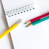 Verde giallo rosso delle matite, tre matite su fondo bianco, matite, profondità bassa Fotografie Stock