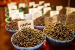 Verde indio y té negro de la fruta en el contador del mercado de la noche de Goa foto de archivo
