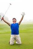Verde mettente incitante del giocatore di golf di inginocchiamento fotografie stock