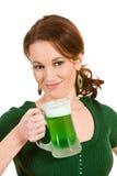 Verde: Mulher de sorriso com cerveja do dia de St Patrick Imagens de Stock Royalty Free