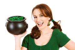 Verde: Mulher entusiasmado que guarda o potenciômetro de moedas e de grânulos do feriado Imagem de Stock
