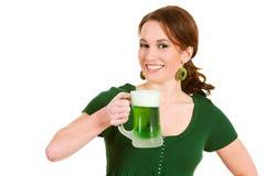 Verde: Mulher que come uma caneca de cerveja verde Fotografia de Stock Royalty Free
