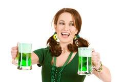 Verde: Mulher que ri para tomar partido da cerveja verde Imagens de Stock