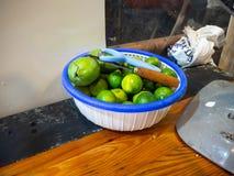 Verde nel canestro, Wang Lang Market, Bangkok, Tailandia del limone immagine stock libera da diritti