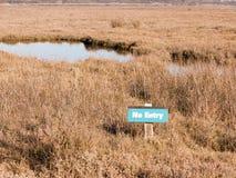 verde nenhuma parte externa da reserva natural do feltro de lubrificação de essex Fingringhoe da região pantanosa do sinal da ent fotografia de stock