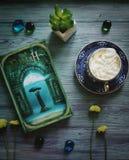Verde oscuro flatlay con el libro y el café fotos de archivo
