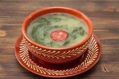 Verde portugués típico del caldo de la sopa en plato de cerámica Fotografía de archivo libre de regalías