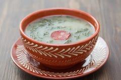 Verde portugués típico del caldo de la sopa en plato de cerámica Fotografía de archivo