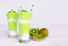 Verde variopinto della bevanda del succo di frutta dei frullati del kiwi sano il gusto squisito nella mattina di vetro di episodi fotografie stock