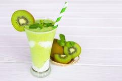 Verde variopinto della bevanda del succo di frutta dei frullati del kiwi sano il gusto squisito nella mattina di vetro di episodi immagini stock libere da diritti