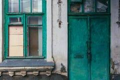 Verde velho da janela e da porta Parede danificada foto de stock