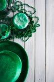 Verde: Vista de arriba de los artículos de la cerveza y del partido del día de St Patrick fotos de archivo libres de regalías
