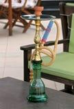 Verde y cachimba del oro en la tabla de un café al aire libre Fotografía de archivo libre de regalías
