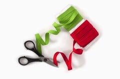 Verde y papeleos con las tijeras Foto de archivo libre de regalías