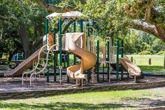 Verde y patio de Brown en parque público Imágenes de archivo libres de regalías